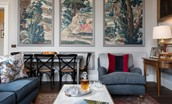 The Earl & Countess - dramatic wall panels with dining space for six