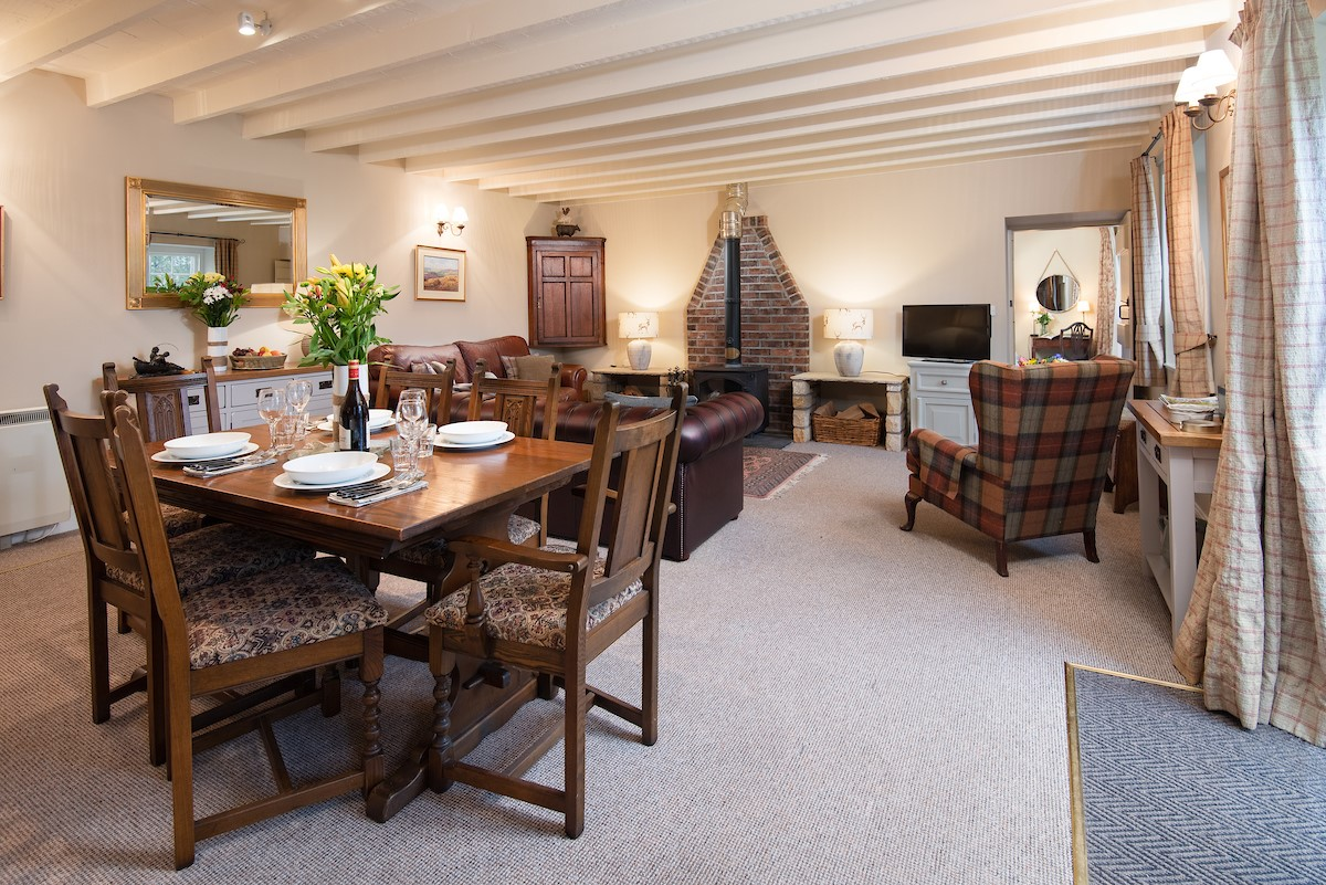 Saddler Cottage - dining area with view of lounge