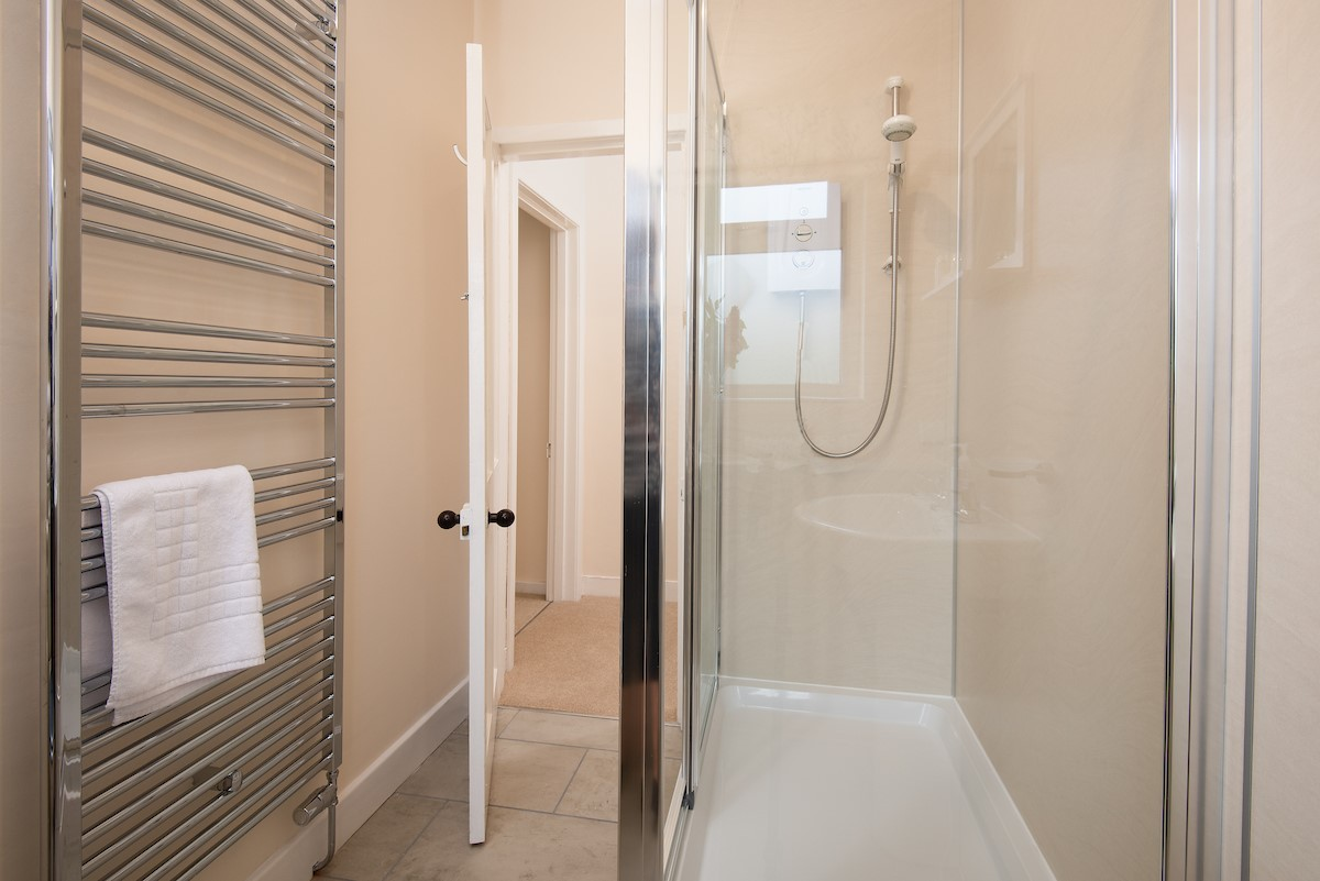 Kilham Cottage - bathroom with large shower unit
