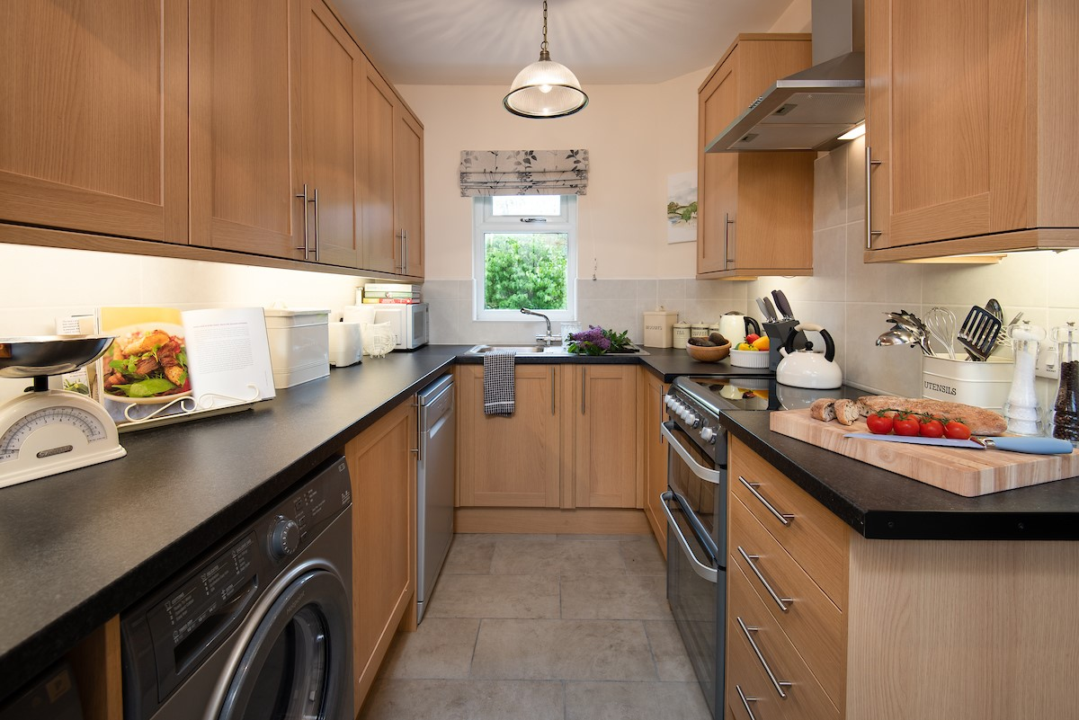 Kilham Cottage - kitchen with washing machine and dishwasher