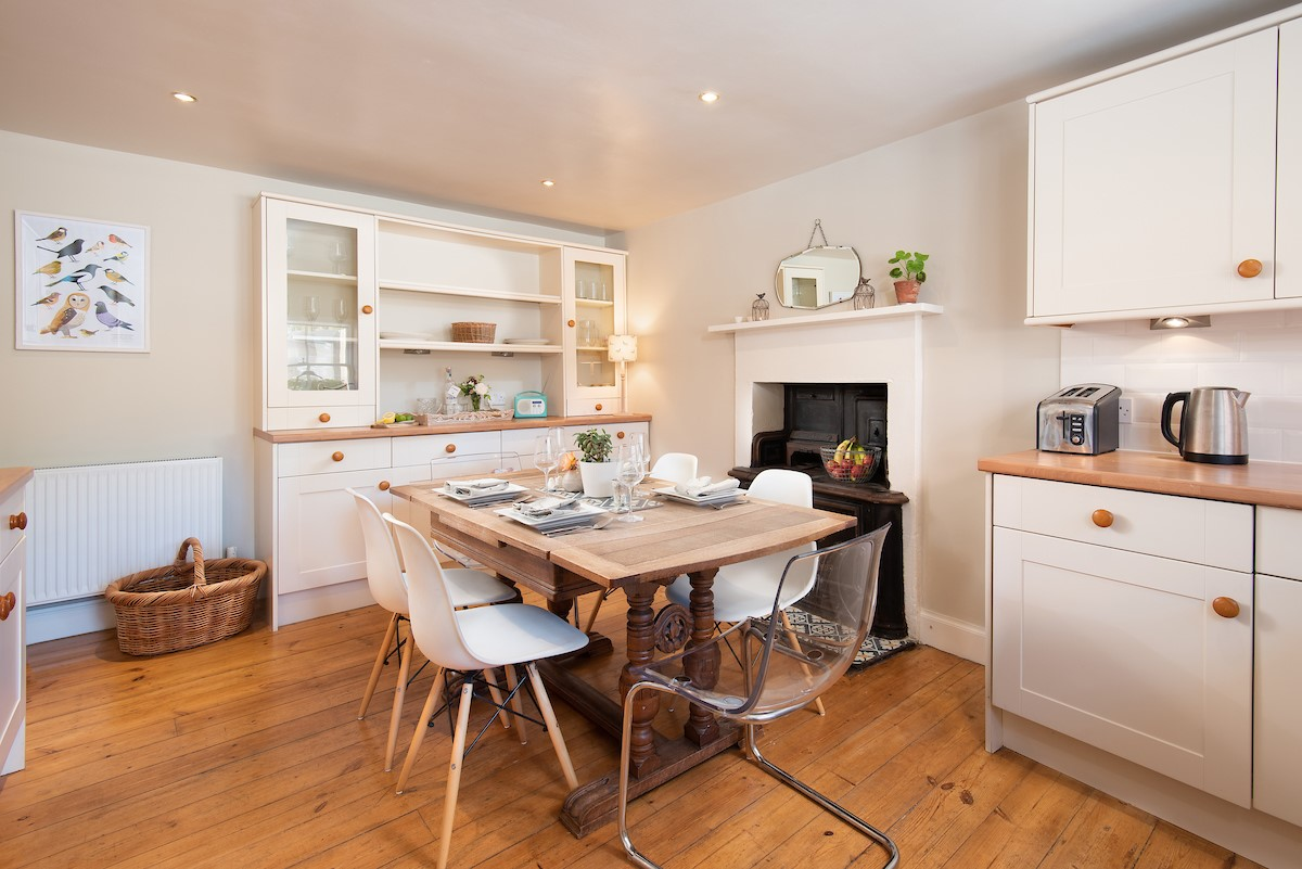 Wren Cottage - kitchen with dining table