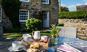 Aydon Castle Cottage - outside dining area
