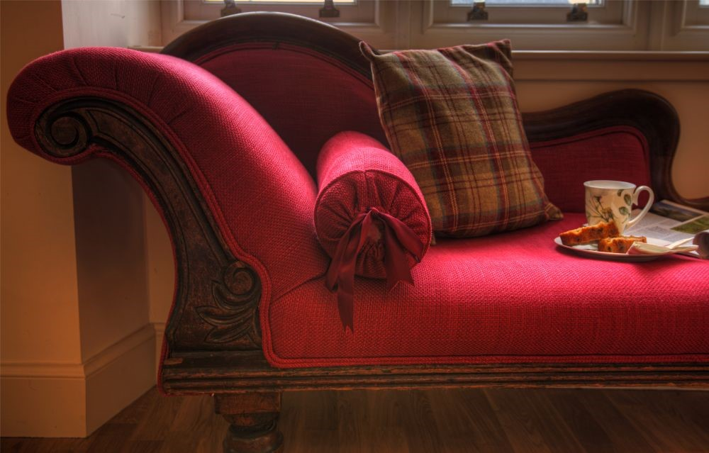 Balmoral Cottage - chaise longue in sitting room