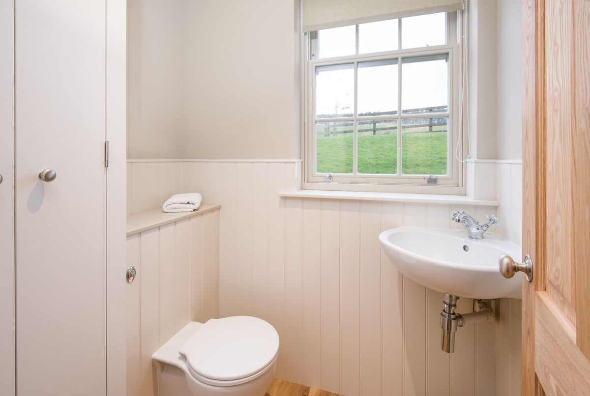 Barley Hill Cottage - cloakroom