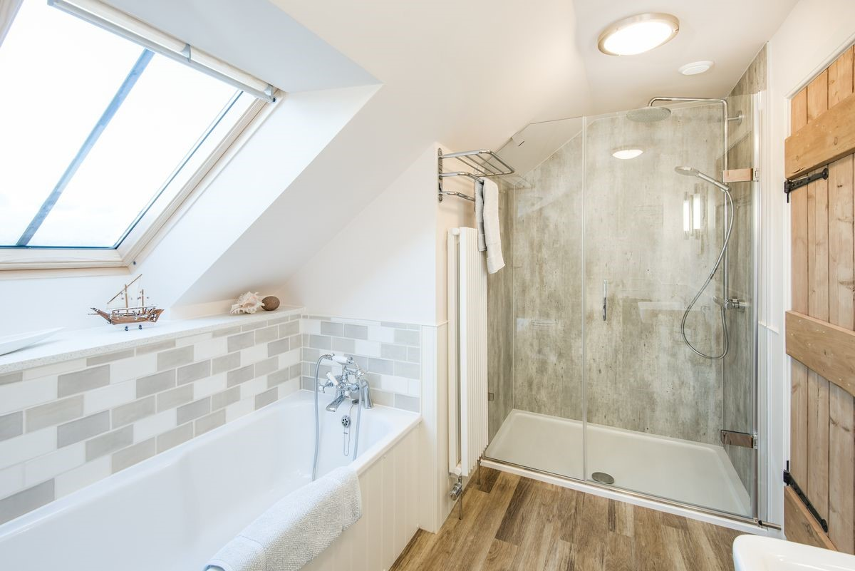 Boundary Bank - family bathroom with bath & shower