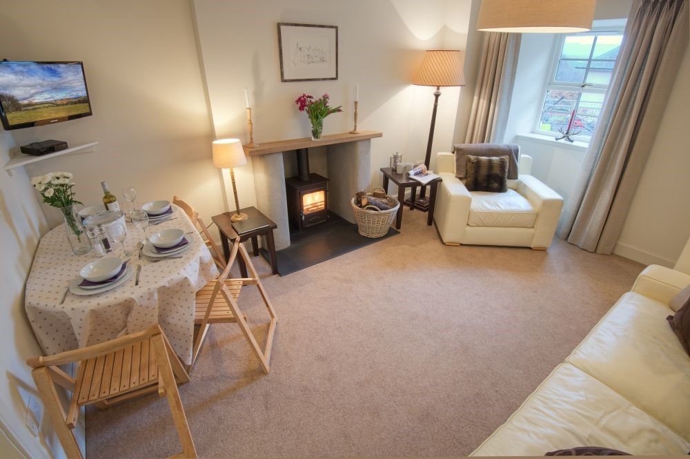 Braeburn Cottage - sitting room with dining area