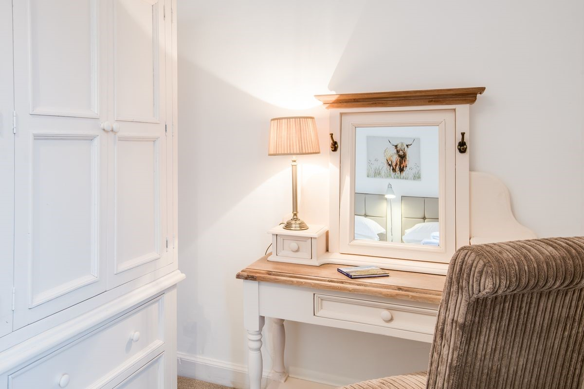 Chestnut Cottage - bedroom two dressing table
