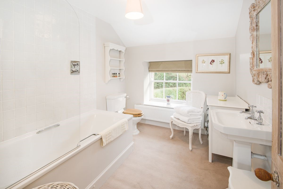 Crailing Cottage - family bathroom