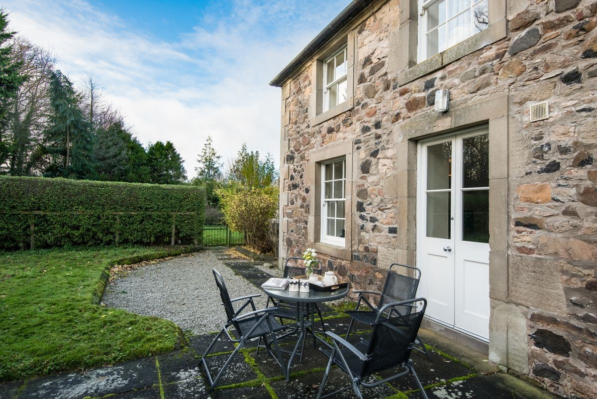 Crailing Cottage - garden & outside seating area