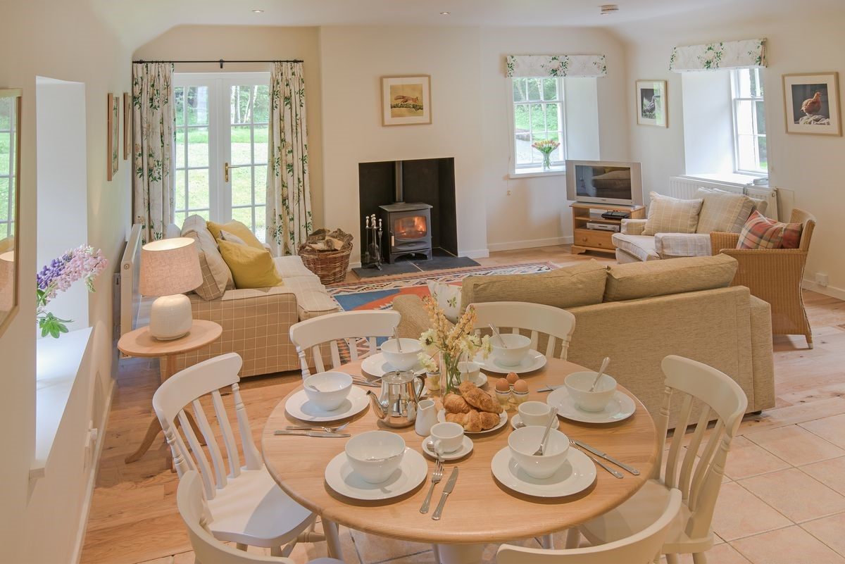 Gardener's Cottage - dining table & open plan living area