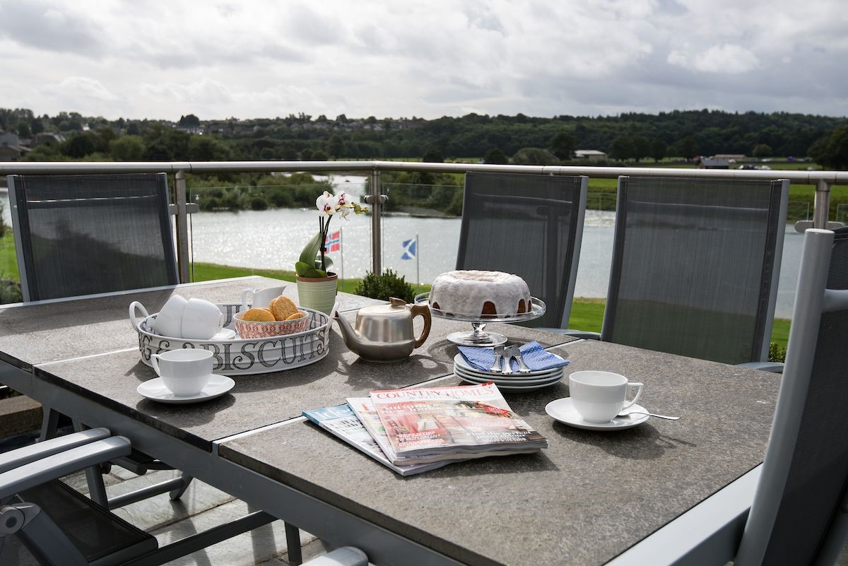 The south-facing roof terrace offers the opportunity to relax and watch the wildlife on the river or see the fishermen try their luck on the legendary Junction beat below