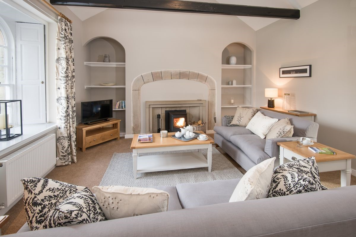 Kingfisher Cottage - sitting room with fire