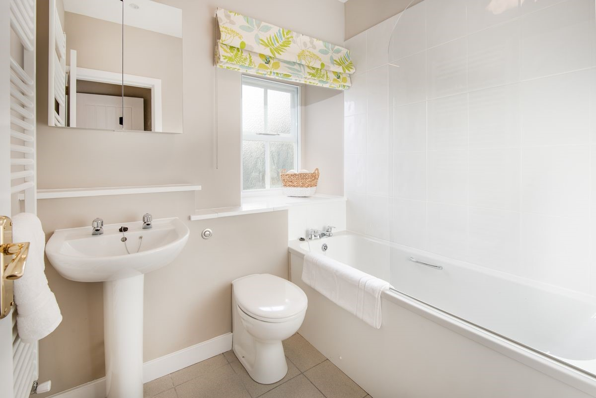 Kingfisher Cottage - family bathroom