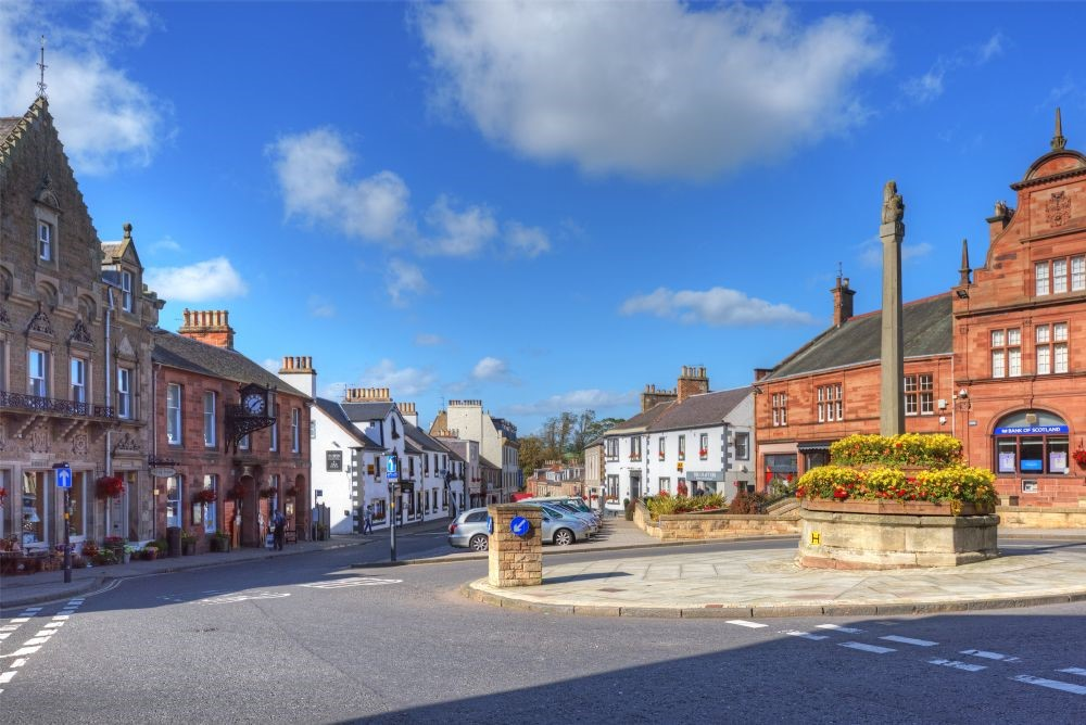Its central position to the shops and restaurants of this very pretty market town. It's also perfectly placed for the fantastic Borders Book Festival.