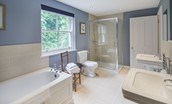 Pathhead Farmhouse - Jack & Jill bathroom shared between bedrooms two & three