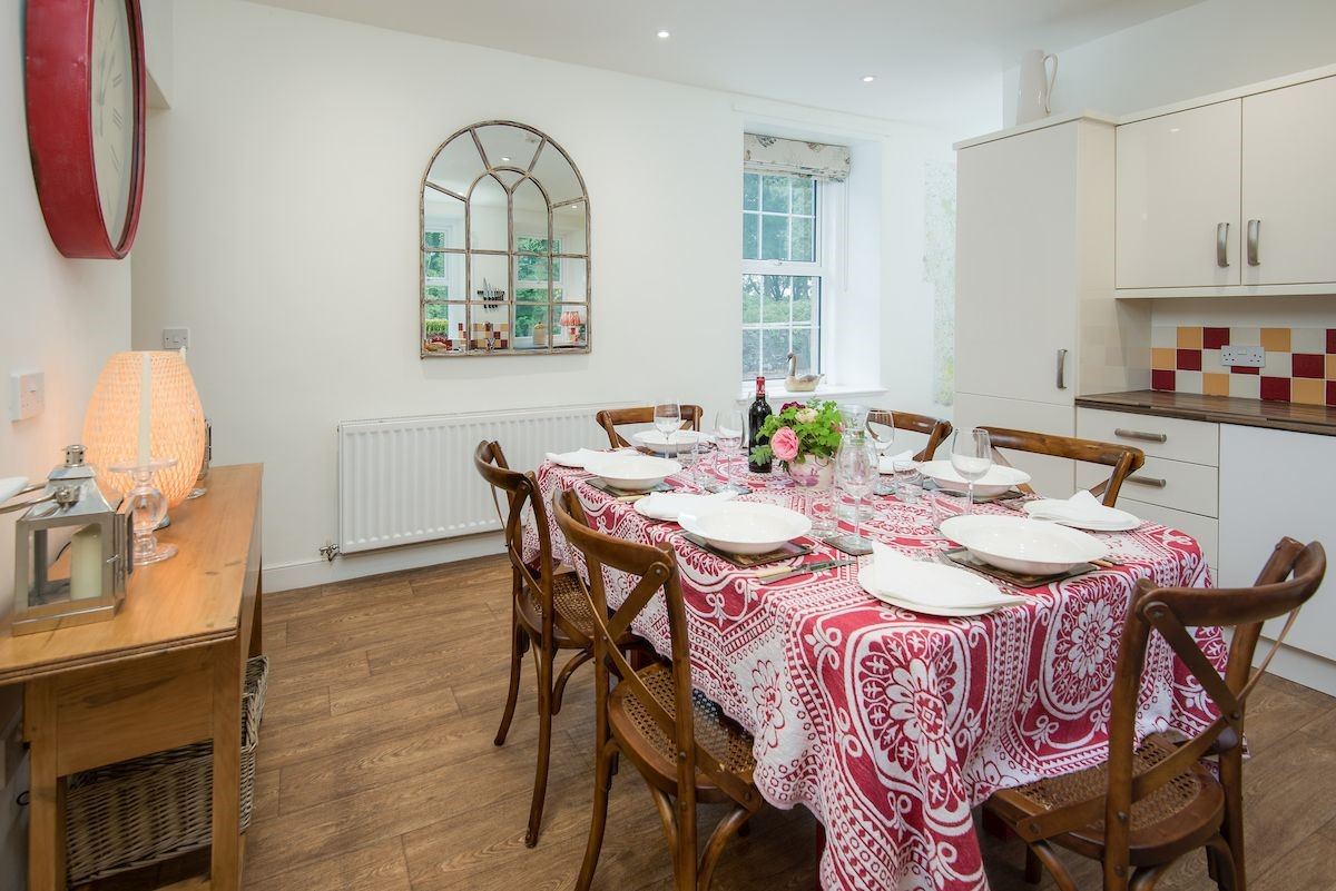 Stable Cottage - dining table in kitchen