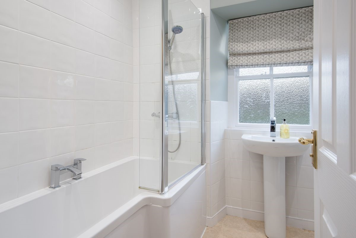 Curlew Cottage - family bathroom
