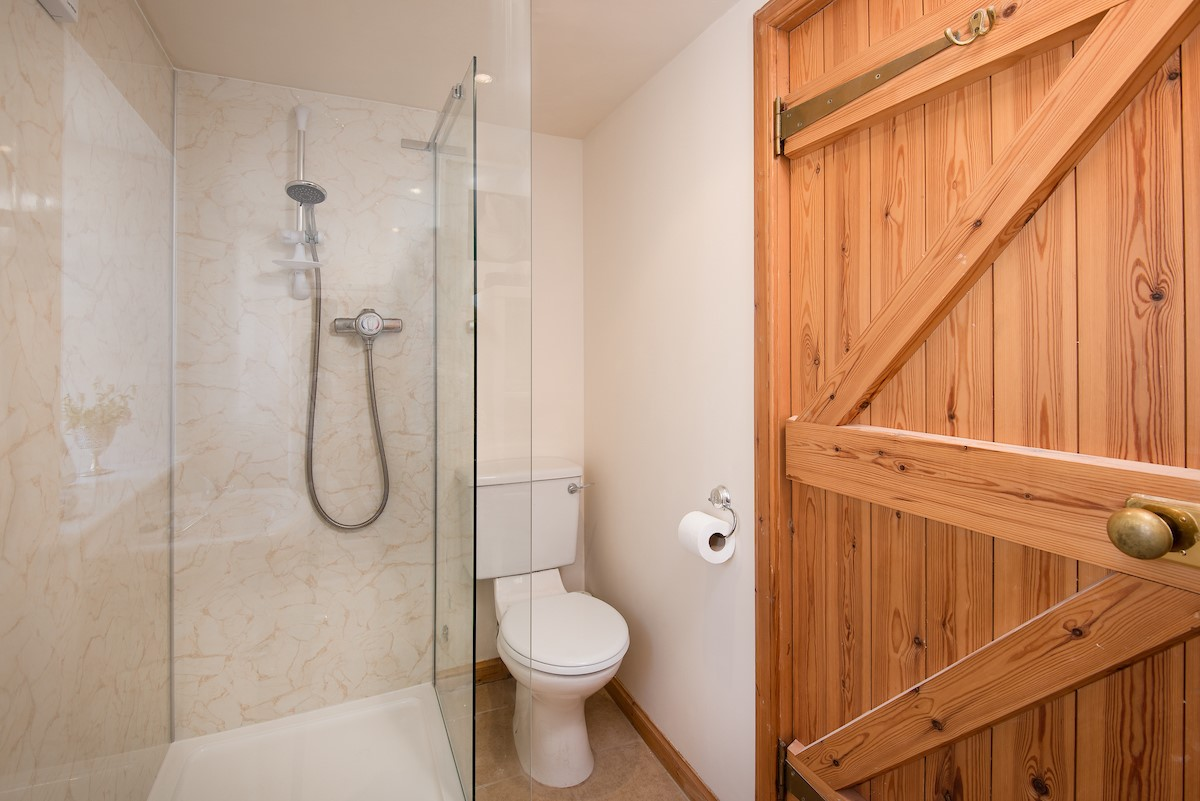Polwarth Rhodes Cottage - ground floor en-suite bathroom with shower