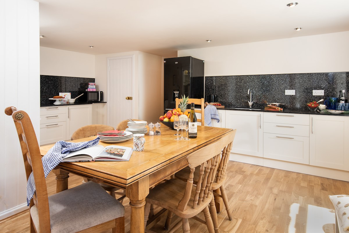 Polwarth Rhodes Cottage - kitchen with dining space