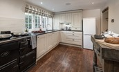 Bowls Cottage - kitchen with integrated appliances